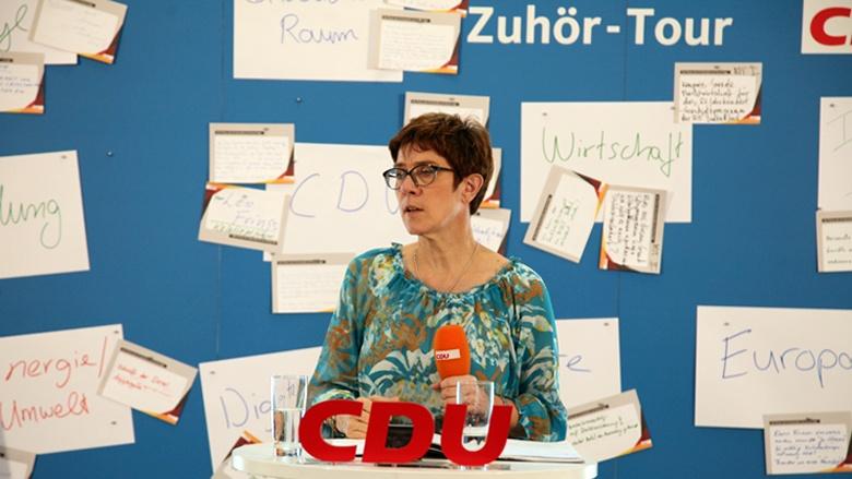Auf dem Bild sieht man: CDU-Generalsekretärin Annegret Kramp-Karrenbauer lauscht aufmerksam den Fragen der Zuhörer.