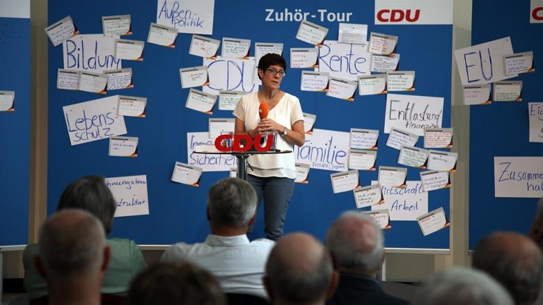 Auf dem Bild sieht man CDU-Generalsekretärin Annegret Kramp-Karrenbauer. Sie hört sich in Essen Fragen der CDU-Mitglieder an.