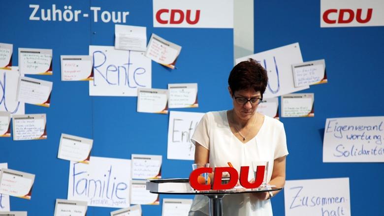 Auf dem Bild sieht man: CDU-Generalsekretärin Annegret Kramp-Karrenbauer notiert sich in Essen Fragen der CDU-Mitglieder.
