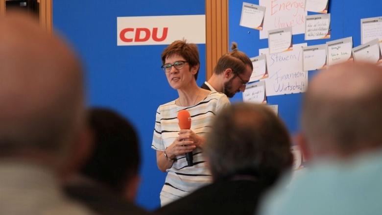 CDU-Generalsekretärin Annegret Kramp-Karrenbauer während der Zutör-Tour in Ehingen (Baden-Württemberg)