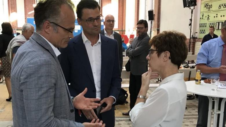 Michael Schierack, Sven Petke und CDU-Generalsekretärin Annegret Kramp-Karrenbauer während der Zuhör-Tour im Alten E-Werk in Cottbus