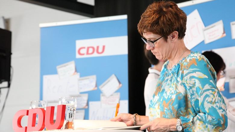 Das Bild zeigt: CDU-Generalsekretärin Annegret Kramp-Karrenbauer notiert Fragen der Mitglieder.