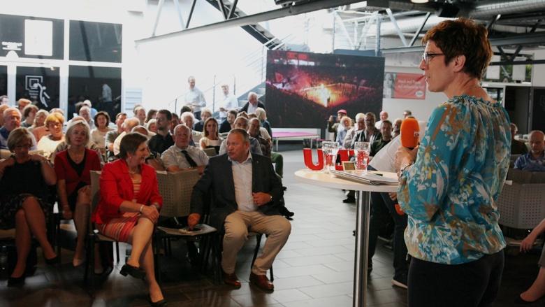 Das Bild zeigt: CDU-Generalsekretärin Annegret Kramp-Karrenbauer erläutert das Ziel der Zuhör-Tour vor rund 150 CDU-Mitgliedern in Bonn.