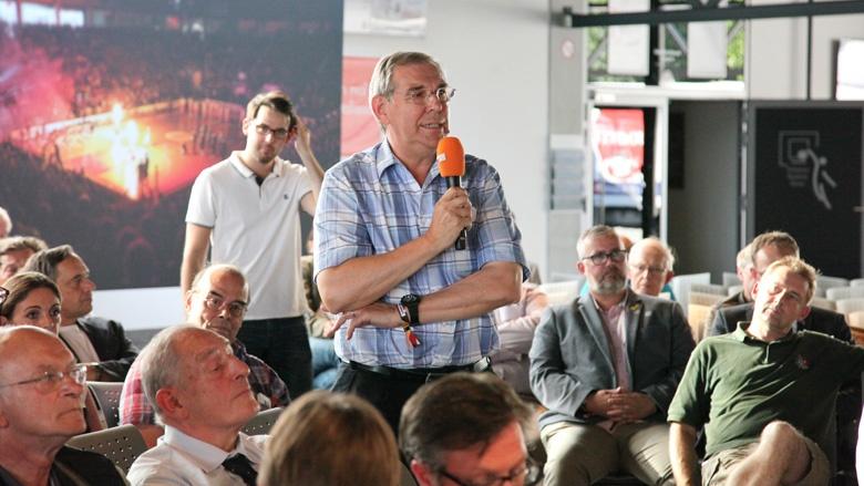 Das Bild zeigt einen älteren Herrn, der Fragen an die CDU-Generalsekretärin richtet.