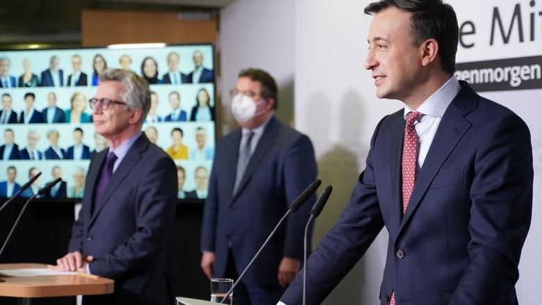 CDU-Generalsekretär Paul Ziemiak und der Sprecher des Wahlausschusses, Thomas de Maizière, während der Pressekonferenz aus dem Konrad-Adenauer-Haus in Berlin