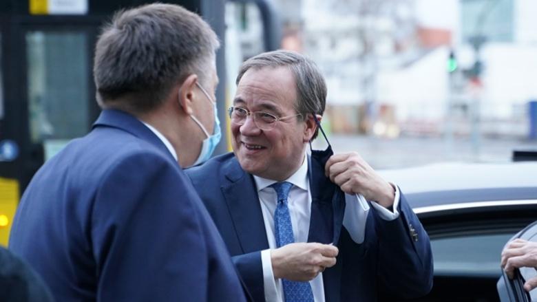 Der CDU-Vorsitzende Armin Laschet wird vom Leiter des Bereichs Organisation, Ulf Leisner, vor dem Konrad-Adenauer-Haus in Empfang genommen