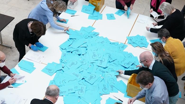 Blick auf die blauen Briefwahlumschläge
