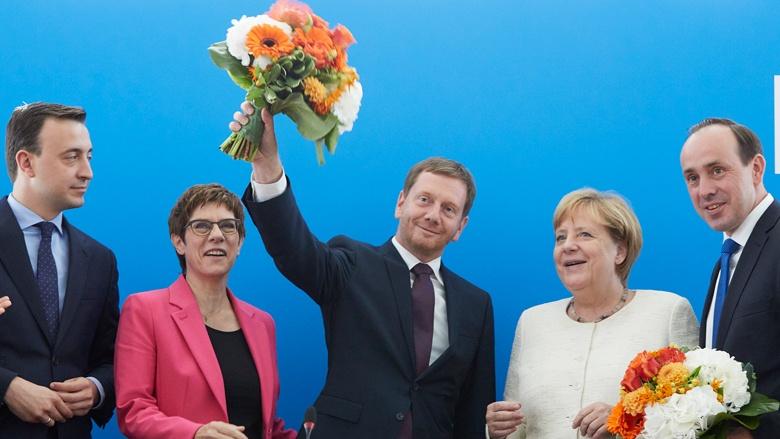 Auf dem Bild sieht man: es gibt Blumen für die Wahlkämpfer: Paul Ziemiack, Annegret Kramp-Karrenbauer, Michael Kretschmer, Angela Merkel und Ingo Senftleben
