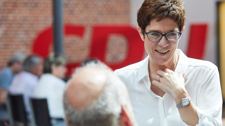 CDU-Generalsekretärin Annegret Kramp-Karrenbauer im Gespräch zu Beginn der Zuhör-Tour in Magdeburg