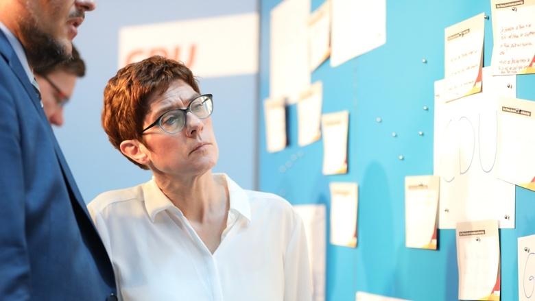 CDu-Generalsekretärin Annegret Kramp-Karrenbauer liest die Anregungen der Teilnehmer der Zuhör-Tour in Magdeburg