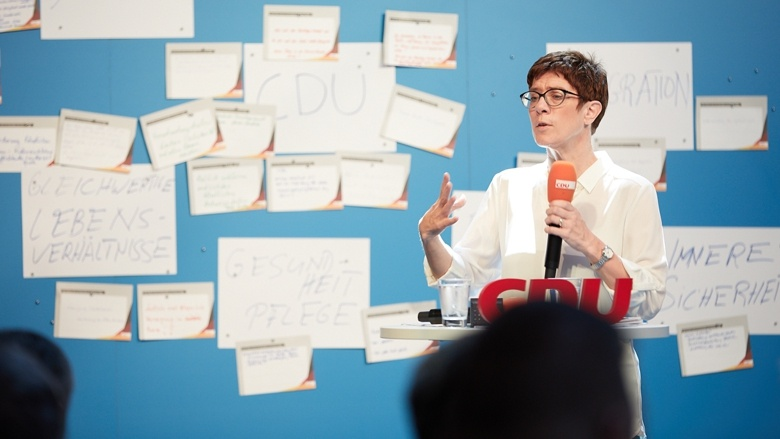 CDU-Generalsekretärin Annegret Kramp-Karrenbauer geht auf die Inhalte und Anregungen der Teilnehmer der Zuhör-Tour in Magdeburg ein
