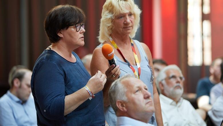 Teilnehmerinnen der Zuhör-Tour in Magdeburg bei einer Wortmeldung