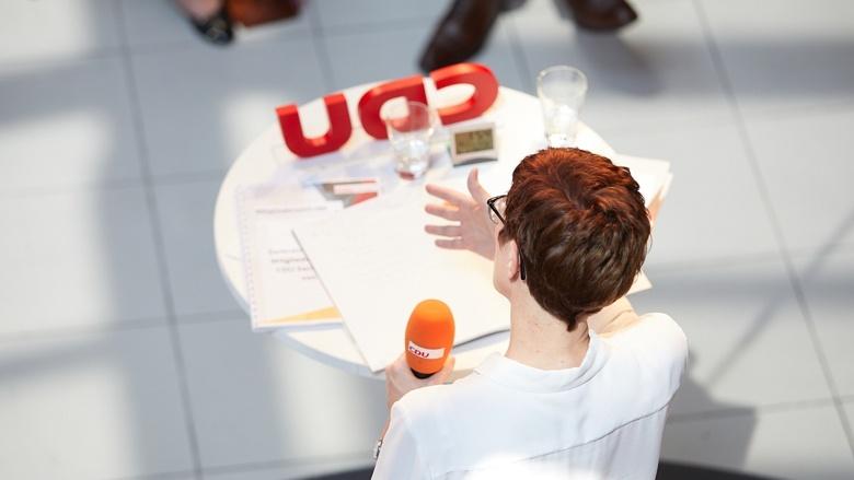 Aus der Vogelperspektive: CDU-Generalsekretärin Annegret Kramp-Karrenbauer während der Zuhör-Tour in Magdeburg