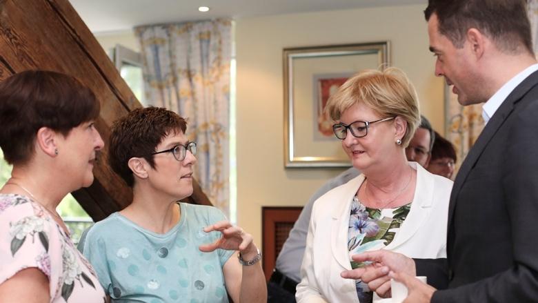 CDU-Generalsekretärin Annegret Kramp-Karrenbauer im Gespräch mit Teilnehmern der Zuhör-Tour in Gotha. Rechts im Bild: CDU-Landeschef Mike Mohring