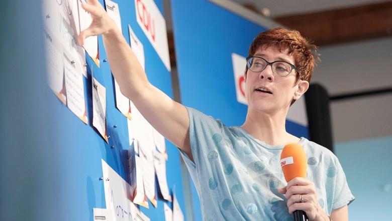CDU-Generalsekretärin Annegret Kramp-Karrenbauer auf dem Podium während der Zuhör-Tour in Gotha