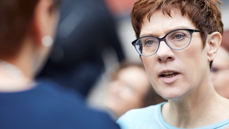 CDU-Generalsekretärin Annegret Kramp-Karrenbauer im Gespräch während der Zuhör-Tour im thüringischen Rohr