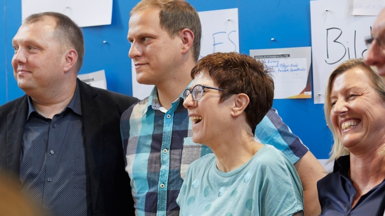 Gruppenfoto mit CDU-Generalsekretärin Annegret Kramp-Karrenbauer während der Zuhör-Tour im thüringischen Rohr