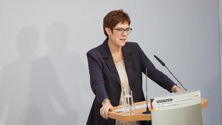 Auf dem Bild sieht man CDU-Generalsekretärin Annegret Kramp-Karrenbauer bei ihrer Laudatio auf Klaus Töpfer.