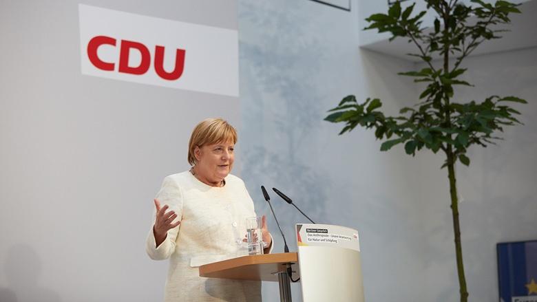 Auf dem Bild sieht man Angela Merkel während ihrer Laudatio auf Klaus Töpfer.