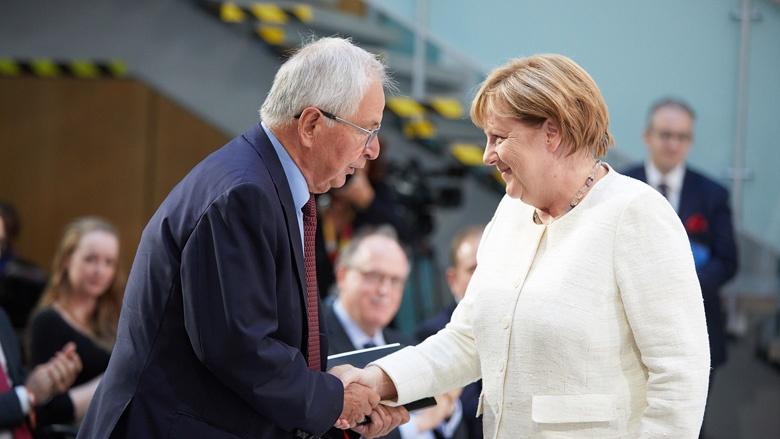 Auf dem Bild sieht man: Die CDU-Vorsitzende, Bundeskanzlerin Angela Merkel, gratuliert Klaus Töpfer.