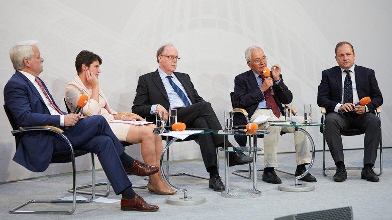 Auf dem Bild sieht man die teilnehmer des berliner Gesprächs auf dem Podium im Konrad-Adenauer-Haus.