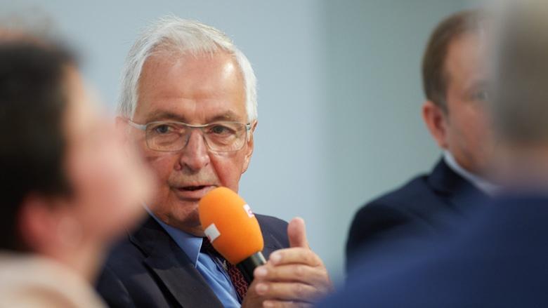 Auf dem Bild sieht: Der ehemalige Ummweltminister Klaus Töpfer diskutiert bei  Berliner Gespräch auf der Bühne.