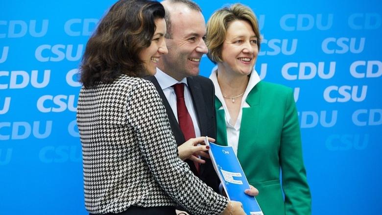 Dorothee Bär, Manfred Weber und Anja Weisgerber freuen sich über das gemeinsame Wahlprogramm von CDU und CSU.