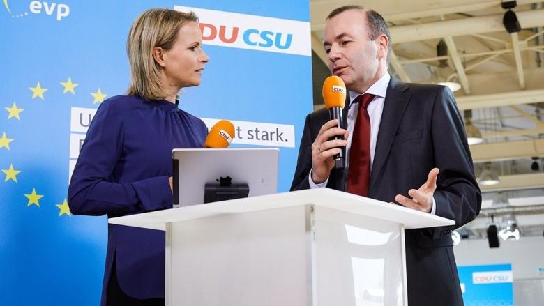 EVP-Spitzenkandidat Manfred Weber mit Moderatorin Claudia von Brauchitsch bei einem Facebook-Live im Anschluss an die Präsentation des Europawahlprogramms.