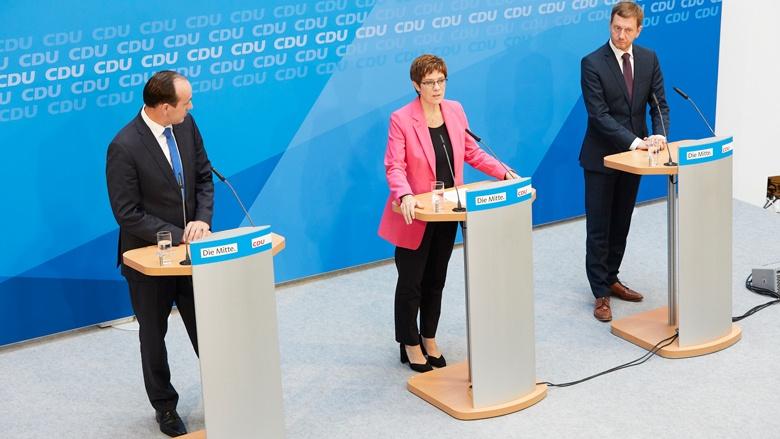 Auf dem Bild sieht man eine Pressekonferenz mit Ingo Senftleben, Annegret Kramp-Karrenbauer und Michael Kretschmer