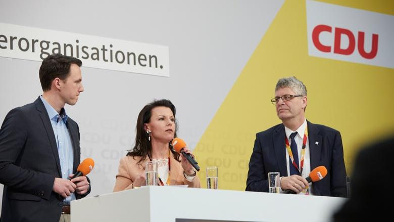 Auf dem Bild sieht man Pascal Redding (JU), Jana Schimke (MIT) und Christian Haase (KPV)