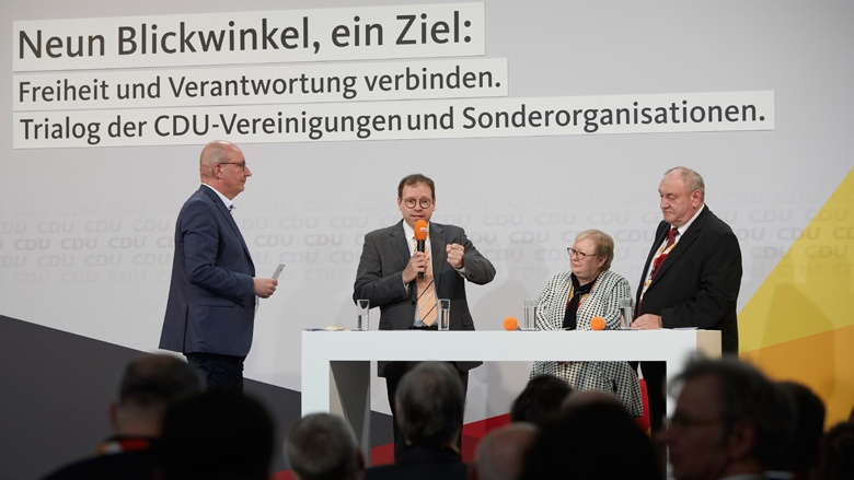 Auf dem Bild sieht man Moderator Frank Niebuhr mit Christian Meissner (EAK), Dagmar König (CDA) und Egon Primas (OMV)