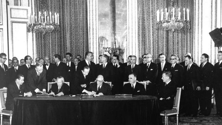 De Gaulle und Adenauer unterzeichnen in Paris den Elysée-Vertrag zur deutsch-französischen Zusammenarbeit.
