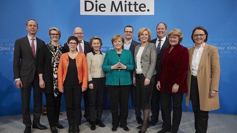 Angela Merkel mit den designierten Ministern und der designierten Generalsekretärin