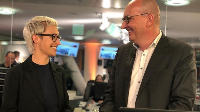 """Fraktionsvize Nadine Schön und CDU-Live-Moderator Frank Niebuhr während der Live-Sendung aus dem """"Studio 1"""" des Konrad-Adenauer-Hauses"""