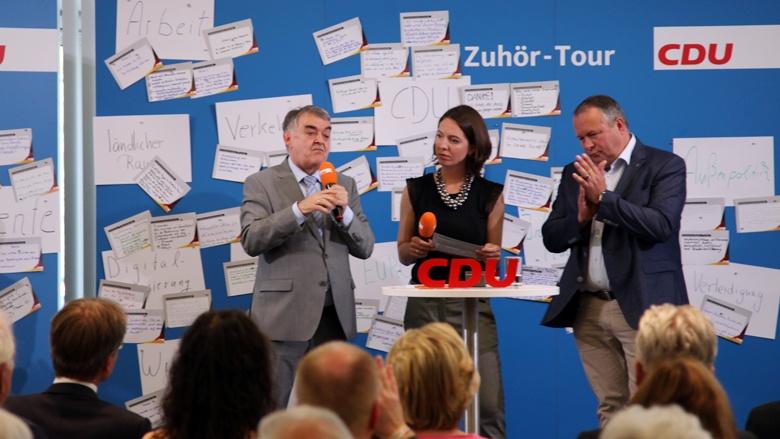 Auf dem Bild sieht man: Nordrhein-Westfalens Innenminister Herbert Reul und dem Generalsekretär der CDU NRW, Josef Hovenjürgen, diskutieren im Rahmen der Zuhör-Tour mit CDU-Mitgliedern.