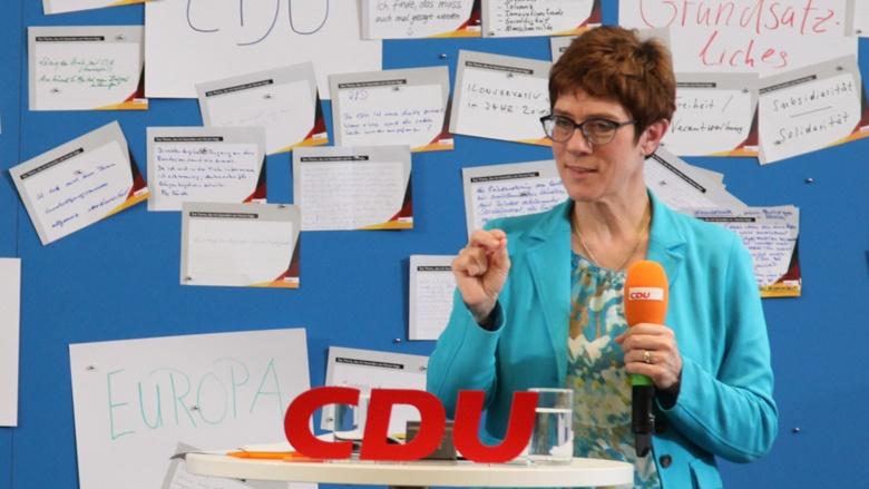 Auf dem Bild sieht man CDU-Generalsekretärin Annegret-Kramp-Karrenbauer am Mikrofon.