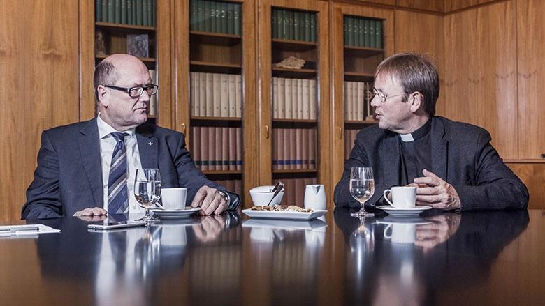 Martin Dutzmann und Karl Jüsten im Gespräch