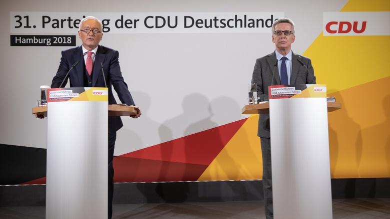 CDU-Bundesgeschäftsführer Dr. Klaus Schüler und Thomas de Mazière auf der letzten Pressekonferenz vor Beginn des Parteitags