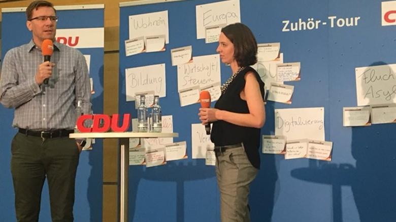 Sprangen für die verhinderte Generalsekretärin ein: Nico Lange und Britta Rottbeck während der 31. Station der Zuhör-Tour im Grugapark in Essen
