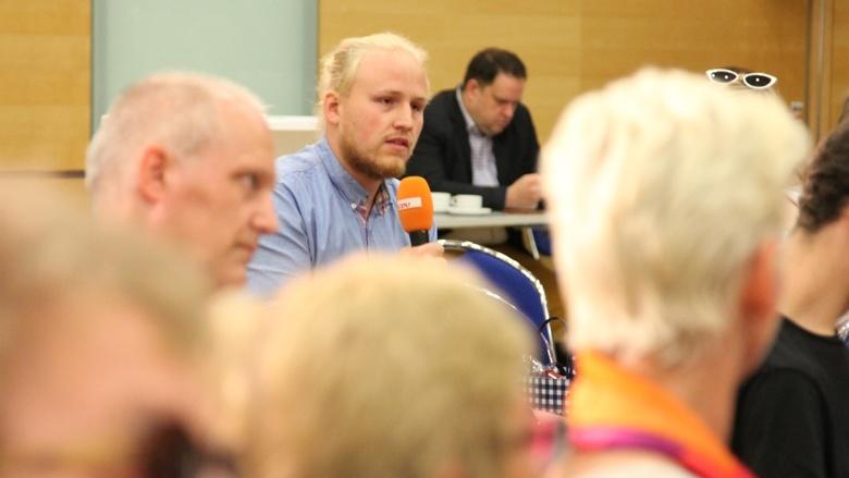 Ein Teilnehmer stellt eine Frage während der Zuhör-Tour zum CDU-Grundsatzprogramm im Grugapark in Essen