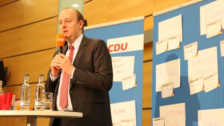 Der CDU-Bundestagsabgeordnete Matthias Hauer während der Zuhör-Tour zum CDU-Grundsatzprogramm im Grugapark in Essen