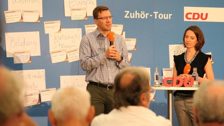 Führten durch die Diskussion: Nico Lange und Dr. Britta Rottbeck während der Zuhör-Tour zum CDU-Grundsatzprogramm im Grugapark in Essen
