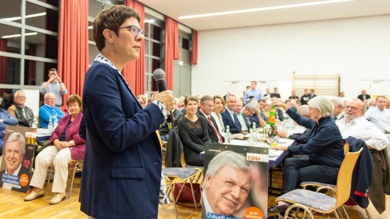 CDU-Generalsekretärin Annegret Kramp-Karrenbauer während eines Wahlkampf-Auftritts im hessischen Freigericht