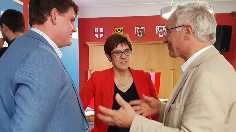 CDU-Generalsekretärin Annegret Kramp-Karrenbauer im Gespräch mit dem CDU-Kreisvorsitzenden Michael Möckel und dem Bundestagsabgeordneten Martin Patzelt