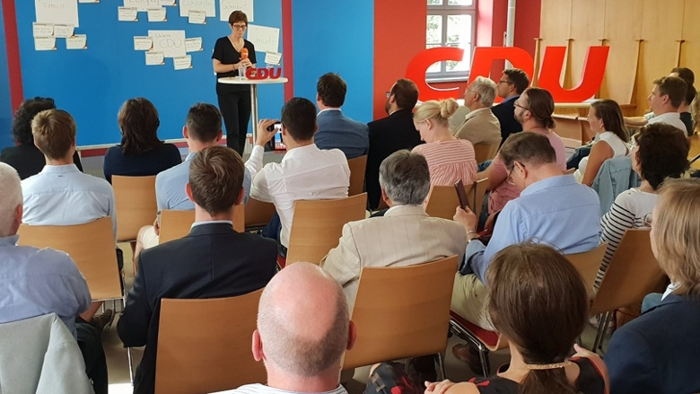 CDU-Generalsekretärin Annegret Kramp-Karrenbauer auf dem Podium während der Zuhör-Tour in Frankfurt/Oder