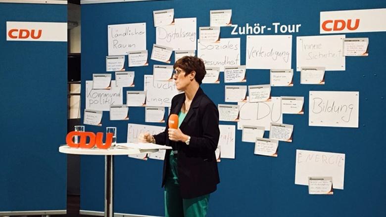 Auf demBild sieht man: CDU-Generalsekretärin Annegret Kramp-Karrenbauer erläutert in Greifswald Hintergründe.