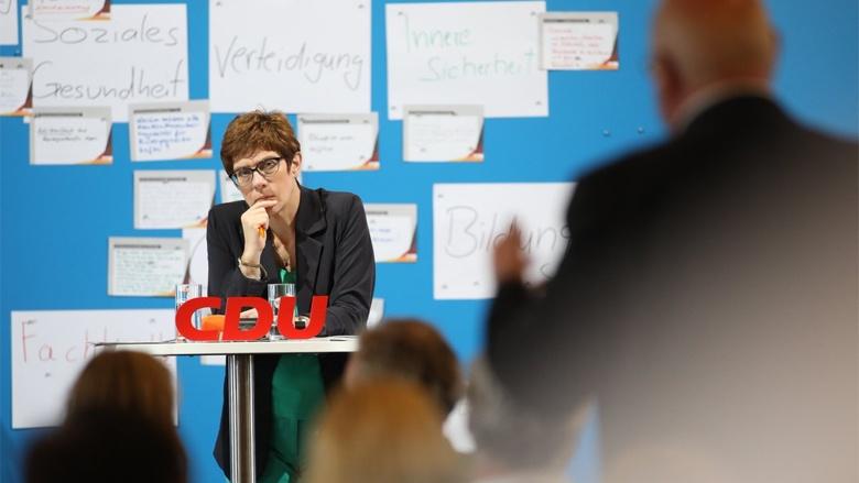 Auf dem Bild sieht man: CDU-Generalsekretärin Annegret Kramp-Karrenbauer lauscht aufmerksam den Fragen der CDU-Mitglieder.