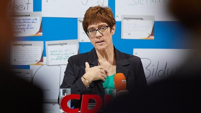 Auf dem Foto sieht man: CDU-Generalsekretärin Annegret Kramp-Karrenbauer erläutert in Greifswald Hintergründe.