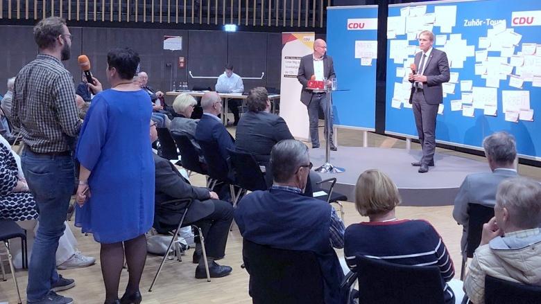 Schleswig-Holsteins Ministerpräsident Daniel Günther führte in Husum durch das Programm der Zuhör-Tour