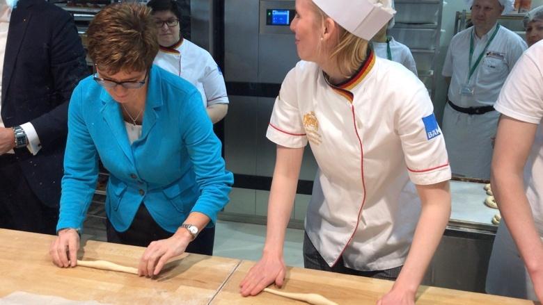 CDU-Vorsitzende Annegret Kramp-Karrenbauer auf der IGW, hier am Stand des Zentralverbands des Bäckerhandwerks